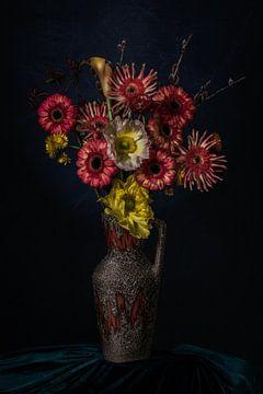 Stilleven van bloemen in een vaas op groen fluweel van MICHEL WETTSTEIN