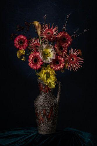 Stilleven van bloemen in een vaas op groen fluweel