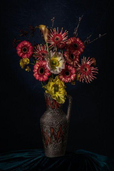 Blumenstillleben in einer Vase auf grünem Samt von MICHEL WETTSTEIN