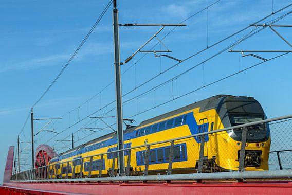 NS trein op de Hanzeboog brug bij Zwolle