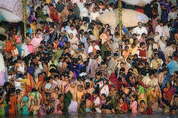 Religieus baden in de Ganges rivier,  India van Frans Lemmens