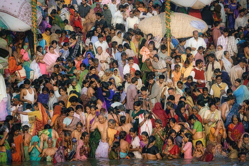 Baignade religieuse dans le Gange, Varanasi, Inde sur Frans Lemmens