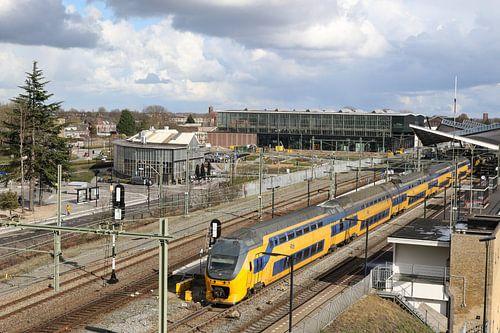 trein in de spoorzone bij ns station tilburg