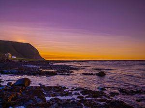 Zonsondergang aan de Noorse kust van