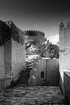 Altes Fort in Nakhl in Oman in schwarz und weiß von Yvonne Smits