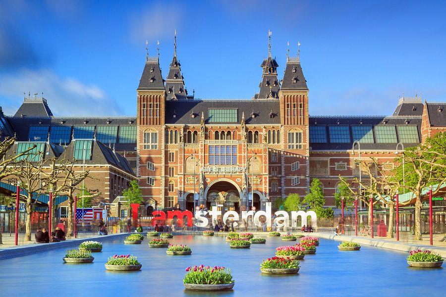 Rijksmuseum Amsterdam met tulpen in de lente van Dennis van de Water