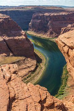 Colorado rivier stroomt langs hoge kliffen van Peter Leenen