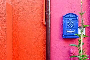 Brievenbus op een kleurrijke muur in Burano, Venetië van Lars-Olof Nilsson