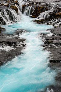 De blauwe waterval Bruarfoss van