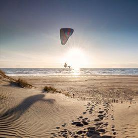 l'homme fait du parapente sur la plage au coucher du soleil en été sur Olha Rohulya