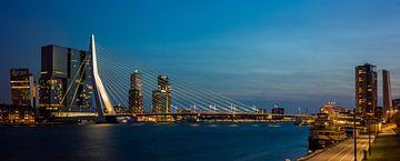 Rotterdam , skyline met Erasmusbrug (Large) van Teun Ruijters