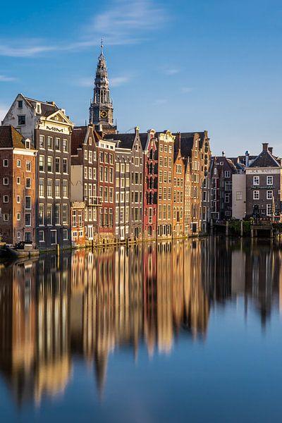 Grachtenpanden aan de Damrak, te Amsterdam van Thea.Photo