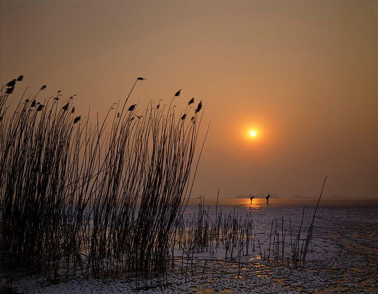 Schaatsers bij ondergaande zon van Rene van der Meer