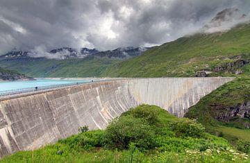 Betonnen dam van turquiose stuwmeer Lac de Moiry van