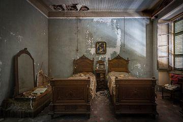 Zeer antieke slaapkamer in verval van Perry Wiertz