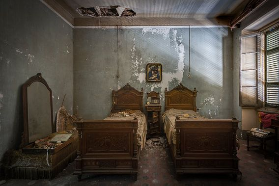 Zeer antieke slaapkamer in verval