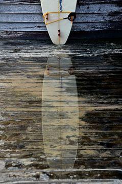 Surfboard weerspiegeling in water van Marieke van der Hoek-Vijfvinkel