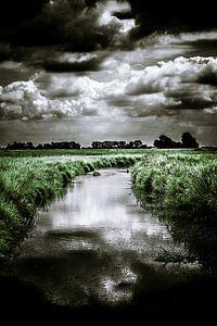 Donkere wolkenlucht boven het polderlandschap van Nieuw-Vossemeer (Brabant) (staand)