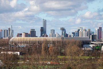 Het schitterende Feyenoord Stadion De Kuip met de skyline van Rotterdam