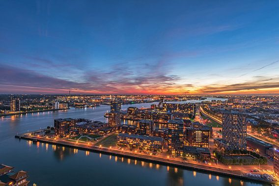 Stadsbeeld van Rotterdam op het blauwe uur van de Euromast