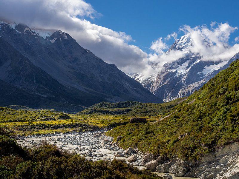 Nieuw-Zeeland - Mount Cook / Aoraki National Park - Smeltend water dat de berg afdaalt van Rik Pijnenburg