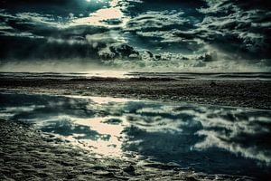 Dänemark Strand mit Wasserspiegelung von Dirk Bartschat