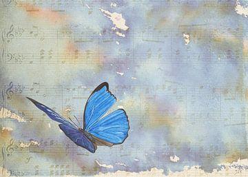 Schmetterling tanzt zu Musiknoten von Jasper de Ruiter