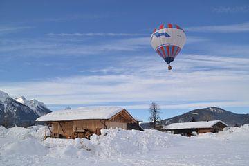 luchtballon in de Alpen boven Inzell Zuid Duitsland met een staal blauwe lucht op de achtergrond van tiny brok
