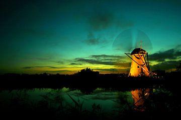 Kinderdijk molen bij ondergaande zon. Tijden de verlichte week met draaiende wieken van noeky1980 photography