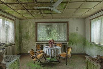 Speisesaal in einem verlassenen Hotel von John Noppen