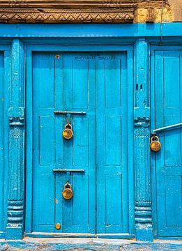 Blauwe deur voorzien van hangsloten, Kathmandu van Rietje Bulthuis