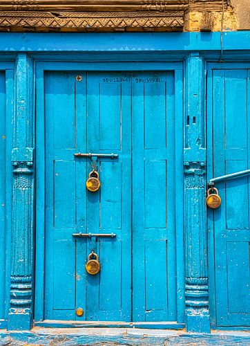 Blauwe deur voorzien van hangsloten, Kathmandu