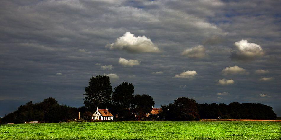 Wit huisje en witte wolkjes