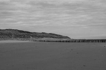 leerer Strand in Schwarz-Weiß von Eugenlens