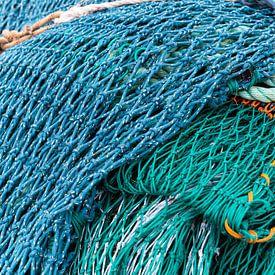Blauw en groen visnet van Daan Kloeg