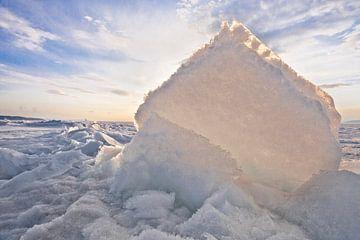 Geel-oranje licht van de zon schijnt door een ijsschots, een bult op het Baikalmeer in de lente van Michael Semenov