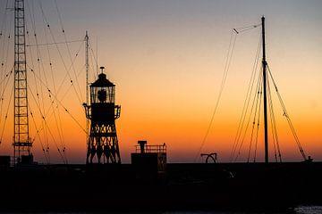 Contouren van een lichtschip in de haven bij zonsondergang van Fotografiecor .nl