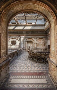 Doorkijk naar de hal in een verlaten kasteel. van Wim van de Water