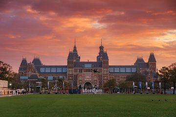 Vurige zonsopkomst Rijksmuseum Amsterdam van Dennis van de Water