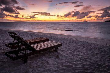 Zonnebedden in de Malediven van Roel Beurskens