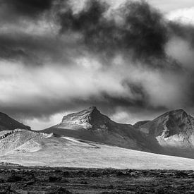 Landschap in het binnenland van IJsland in zwart wit van Chris Stenger