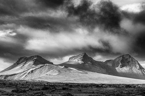Landschap in het binnenland van IJsland in zwart wit van