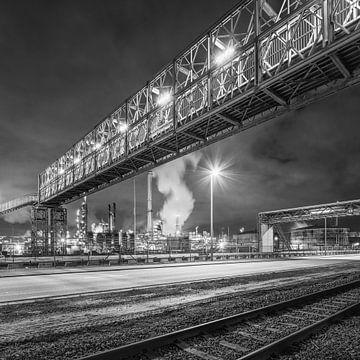 Nachtszene mit massiver Rohrbrücke in der Nähe von Raffinerie Antwerpen von Tony Vingerhoets