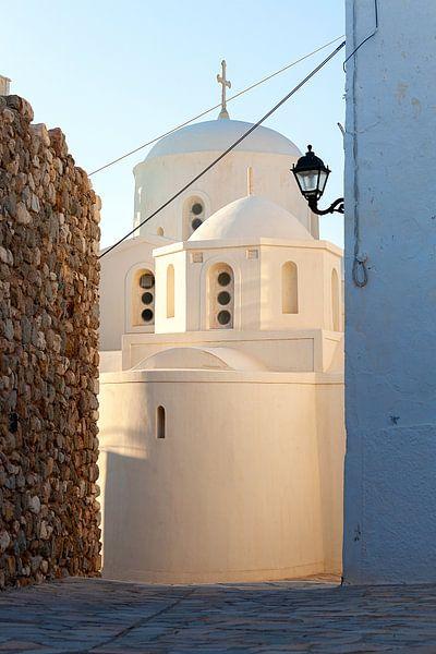 Witte kerk op Naxos, een Grieks eiland in de Middellandse Zee. Reisfotografie uit Griekenland. van Eyesmile Photography