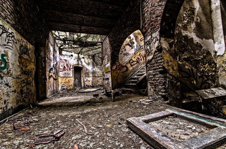 Fallen Fortress III van Igwe Aneke