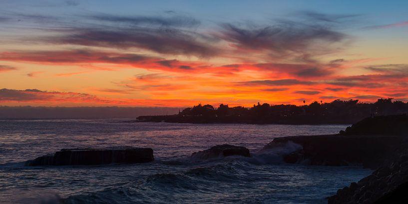 Zonsondergang in de avond bij Santa Cruz in Californië van Rob IJsselstein