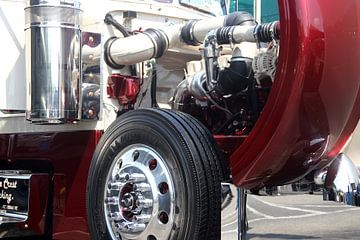 Close-up van de motor en wiel van een Amerikaanse Peterbilt vrachtauto van Ramon Berk