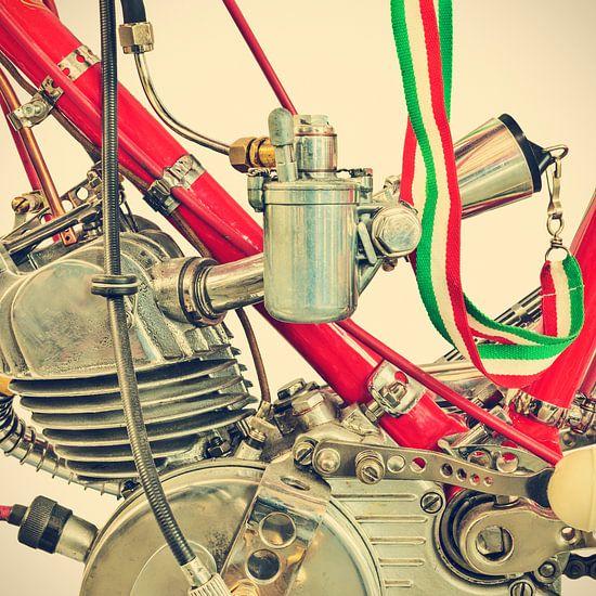 Detail van een klassieke Ducati Cucciolo motorfiets van Martin Bergsma