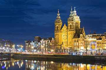 St.-Nikolaus-Kirche in Amsterdam beleuchtet von