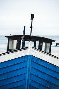 Blaues Boot an Ostseestrand